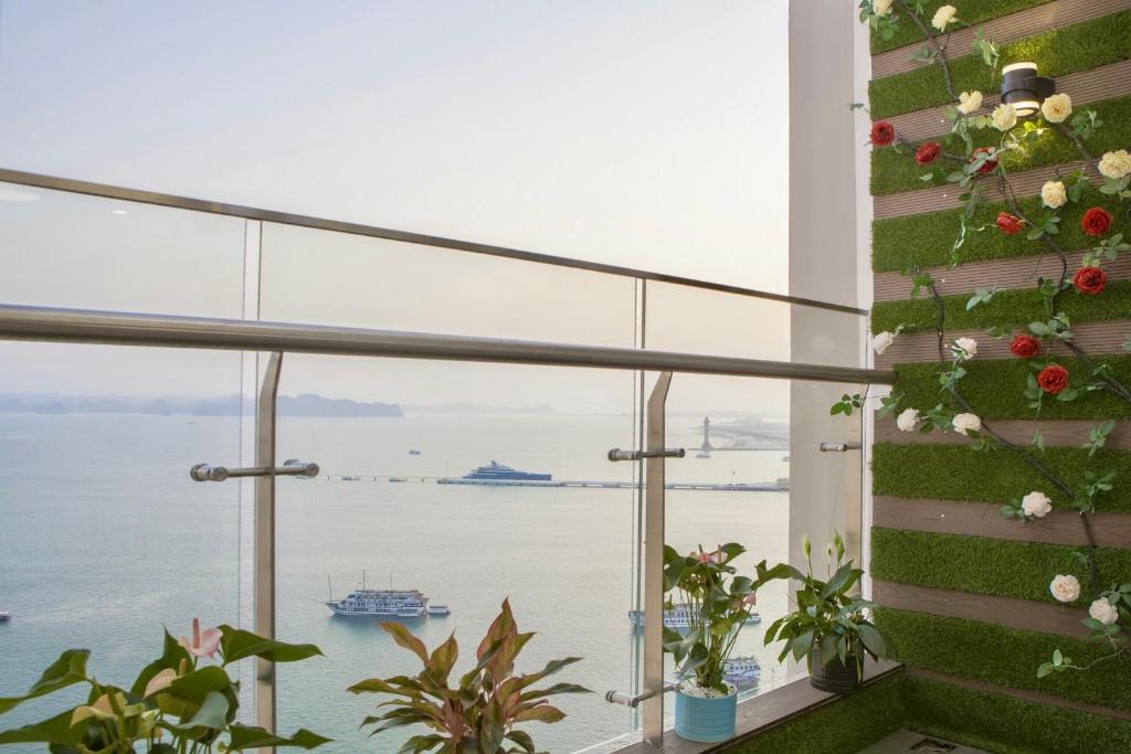 Góc view hướng ra vịnh Hạ Long từ ban công căn hộ ,luxury 2 ngủ