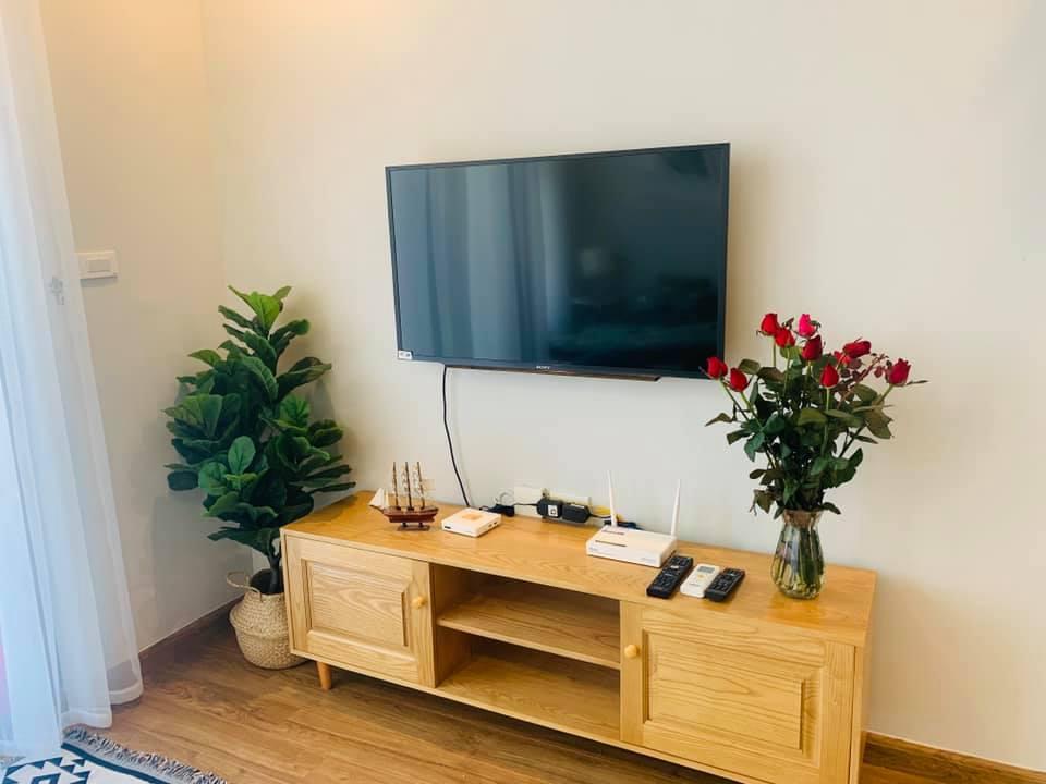 ti vi và bàn tủ tại lá xanh homestay