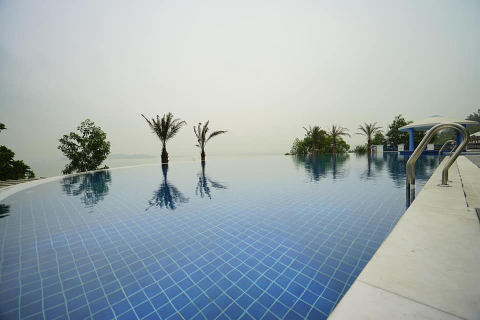 Bể bơi tại BBQ Hostel Villa Hạ Long