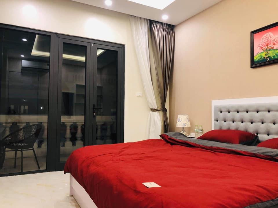 phòng ngủ có ban công tại Bạch Dương House Hạ Long