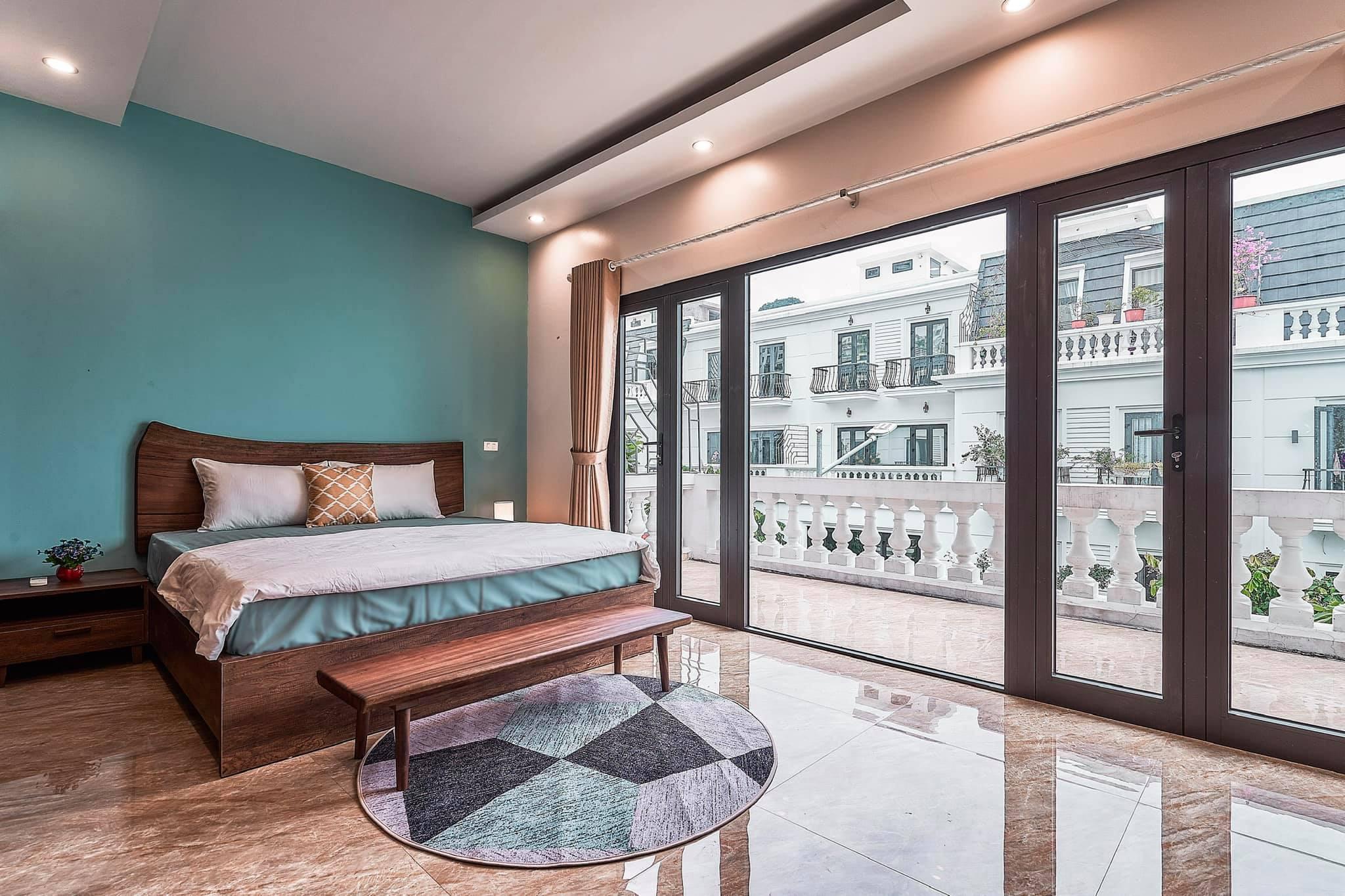 Phòng ngủ có ban công tại Villa Mercerus