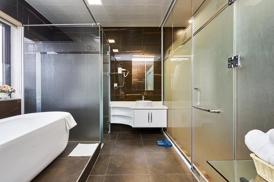 Phòng tắm của BBQ Hostel Villa Hạ Long