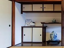 Kệ tích hợp (chigaidana) Chigaidana được xây dựng, kệ treo tường so le thường được tìm thấy bên cạnh hẻm và được sử dụng để hiển thị các đồ trang trí như bình hoa và lư hương.