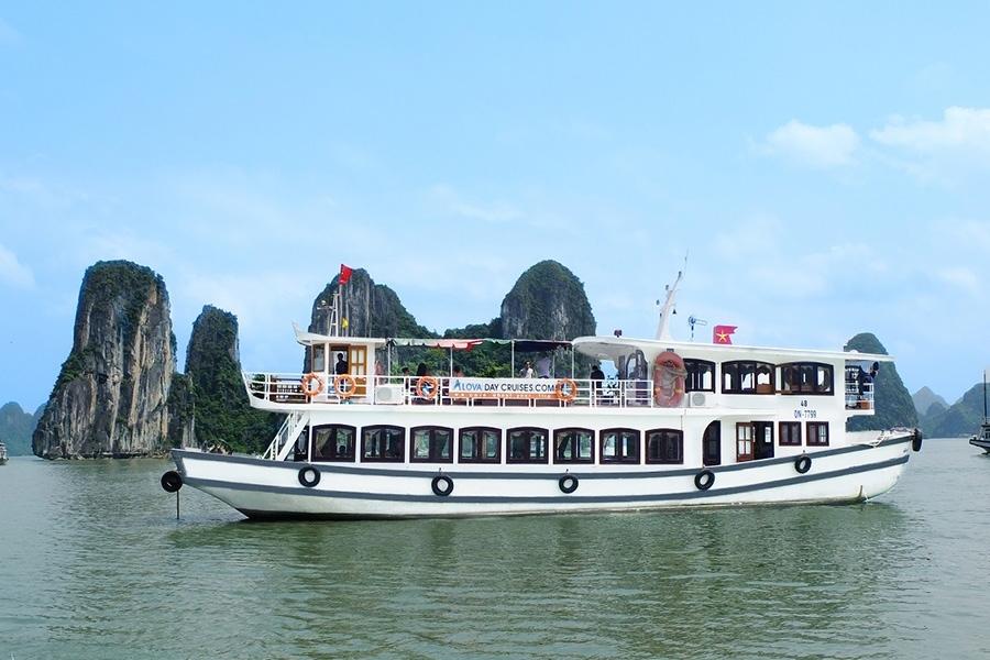 tàu tham quan vịnh Hạ Long