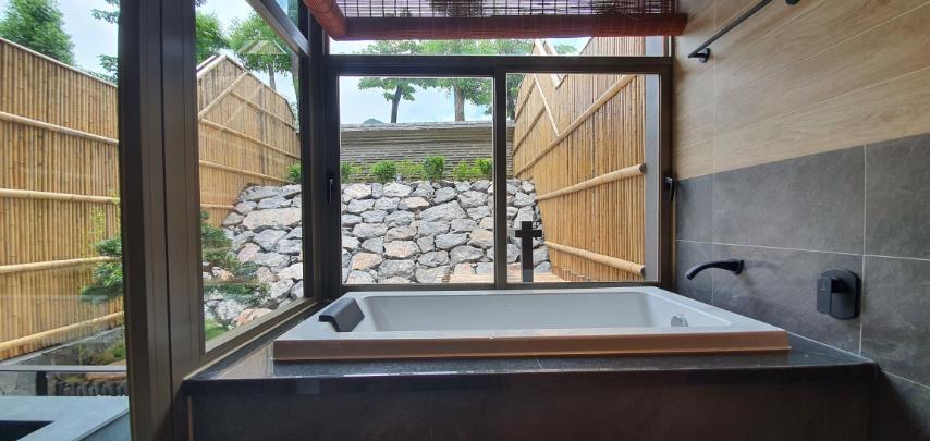 bể tắm riêng của villa Washitsu Itachi Onsen quang hanh